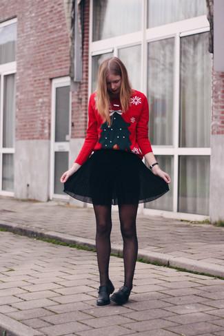 Cómo combinar: jersey con cuello circular de navidad rojo, falda skater de gasa negra, mocasín de cuero сon flecos negros, medias negras