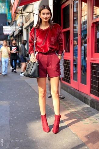 Cómo combinar: jersey con cuello circular rojo, pantalones cortos de lana rojos, botines de ante rojos, bolso bandolera de cuero negro