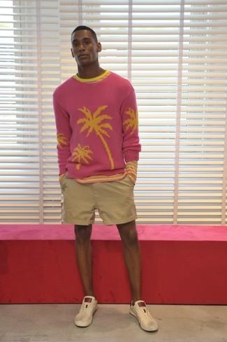 Cómo combinar: jersey con cuello circular rosa, camiseta de manga larga de rayas horizontales rosada, pantalones cortos en beige, tenis de cuero en beige