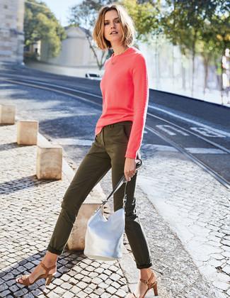 Cómo combinar: jersey con cuello circular rosa, vaqueros pitillo verde oliva, sandalias de tacón de cuero marrónes, mochila con cordón de cuero plateada