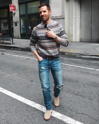 Cómo combinar: jersey con cuello circular de grecas alpinos gris, vaqueros desgastados azules, botines chelsea de ante en beige, correa de cuero en marrón oscuro