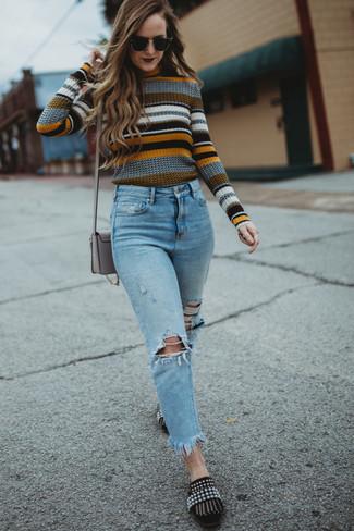 Cómo combinar: jersey con cuello circular de rayas horizontales en multicolor, vaqueros desgastados celestes, mocasín de ante con adornos negros, bolso bandolera de cuero gris
