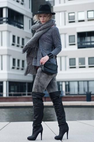 Cómo combinar: jersey con cuello circular gris, vaqueros pitillo con lavado ácido grises, botas sobre la rodilla de cuero negras, bolso bandolera de cuero negro