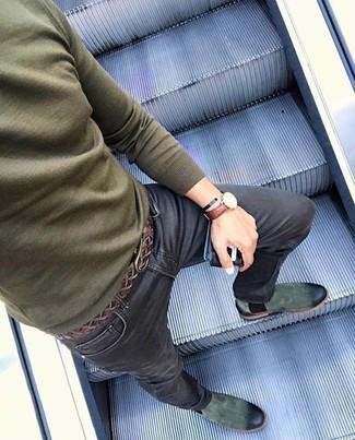 Cómo combinar: jersey con cuello circular verde oliva, vaqueros pitillo negros, botines chelsea de ante verde oscuro, correa de cuero tejida en marrón oscuro