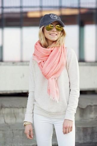 Cómo combinar: jersey con cuello circular en beige, vaqueros pitillo blancos, gorra inglesa azul marino, bufanda rosada