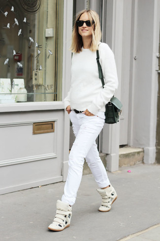 Cómo combinar: jersey con cuello circular blanco, vaqueros pitillo desgastados blancos, zapatillas altas de cuero blancas, bolso bandolera de cuero negro