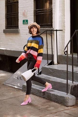 Cómo combinar: jersey con cuello circular de rayas horizontales en multicolor, vaqueros pitillo negros, zapatos de tacón de ante rosados, mochila con cordón de cuero en beige