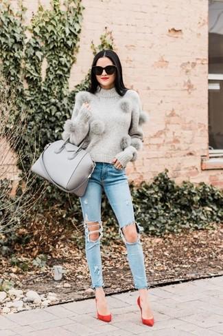 Cómo combinar: jersey con cuello circular gris, vaqueros pitillo desgastados celestes, zapatos de tacón de ante rojos, bolsa tote de cuero gris