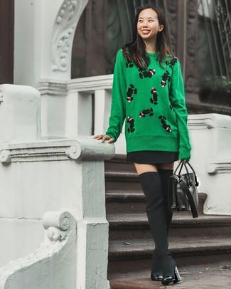 Cómo combinar: jersey con cuello circular estampado verde, falda skater negra, botas sobre la rodilla de lona negras, bolso de hombre de cuero negro