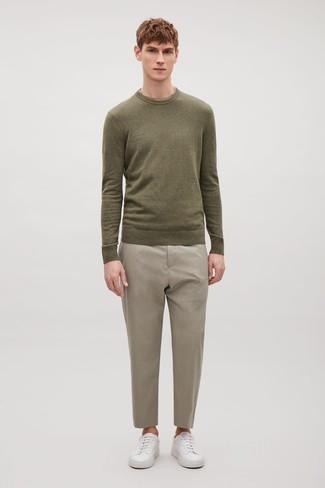 Cómo combinar: jersey con cuello circular verde oliva, pantalón de vestir en beige, tenis de cuero blancos