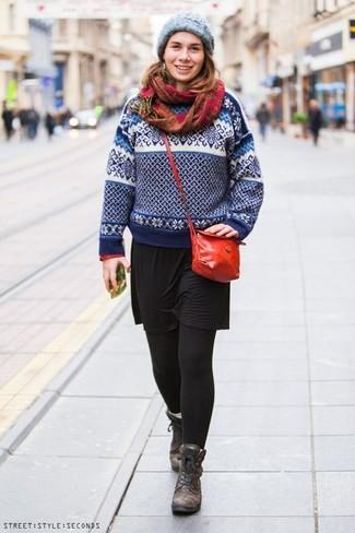 Cómo combinar: jersey con cuello circular de grecas alpinos en blanco y azul marino, vestido casual negro, botas planas con cordones de cuero en marrón oscuro, bolso bandolera de cuero rojo