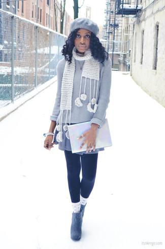 Considera emparejar un jersey con cuello circular gris con un vestido jersey gris y te verás como todo un bombón. Opta por un par de botines de ante grises para mostrar tu lado fashionista.