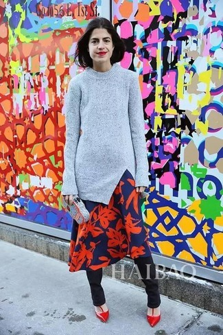 Cómo combinar: jersey con cuello circular gris, vestido midi con print de flores en azul marino y rojo, pantalones pitillo negros, zapatos de tacón de cuero rojos