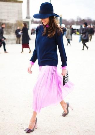 Cómo combinar: jersey con cuello circular azul marino, vestido midi de gasa rosado, zapatos de tacón de cuero grises, cartera sobre de cuero con adornos negra
