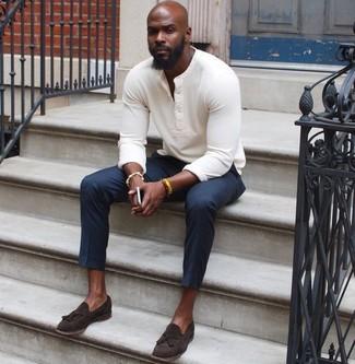 Cómo combinar: jersey con cuello henley blanco, pantalón de vestir azul marino, mocasín con borlas de ante en marrón oscuro, pulsera amarilla