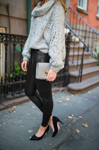 Cómo combinar: jersey con cuello vuelto holgado gris, leggings de cuero negros, zapatos de tacón de ante negros, cartera sobre de cuero gris