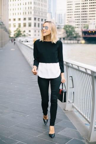 Cómo combinar: jersey corto negro, camiseta sin manga de seda blanca, vaqueros pitillo negros, zapatos de tacón de cuero negros