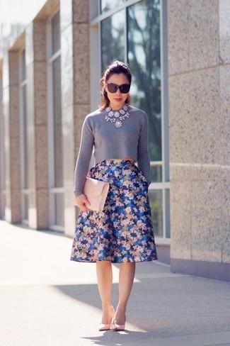Cómo combinar: jersey corto gris, falda campana con print de flores azul, zapatos de tacón de cuero rosados, cartera sobre de cuero rosada