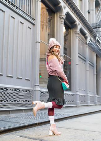 Cómo combinar: jersey corto de punto rosado, falda lápiz con volante negra, botines de terciopelo rosados, bolso bandolera de cuero en verde menta