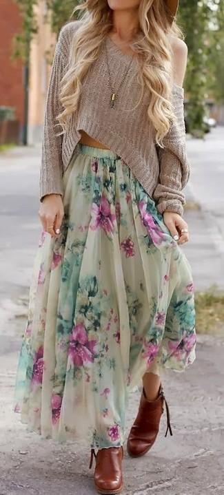 Casa un jersey corto en beige junto a una falda larga con print de flores en beige para un look diario sin parecer demasiado arreglada. ¿Por qué no ponerse botines de cuero tabaco a la combinación para dar una sensación más clásica?