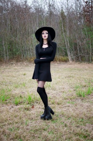 Cómo combinar: jersey corto negro, falda skater negra, botines con cordones de cuero gruesos negros, calcetines hasta la rodilla negros