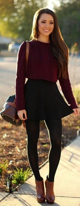 Intenta ponerse un jersey corto burdeos y una falda skater negra transmitirán una vibra libre y relajada. Para el calzado ve por el camino informal con botas.