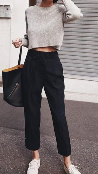 Cómo combinar: jersey corto gris, pantalón de pinzas negro, tenis de lona blancos, bolsa tote de cuero negra