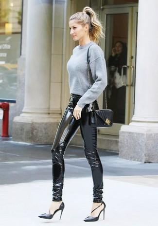 Cómo combinar: jersey corto gris, pantalones pitillo de cuero negros, zapatos de tacón de cuero negros, bolso bandolera de cuero acolchado negro
