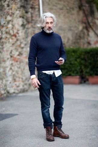 Cómo combinar: jersey de cuello alto azul marino, camisa de manga larga blanca, vaqueros azul marino, botas casual de cuero en marrón oscuro