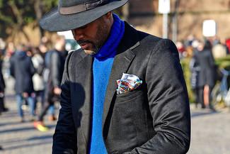 Cómo combinar: jersey de cuello alto de punto azul, sombrero de lana negro, sombrero de lana negro, pañuelo de bolsillo estampado en multicolor