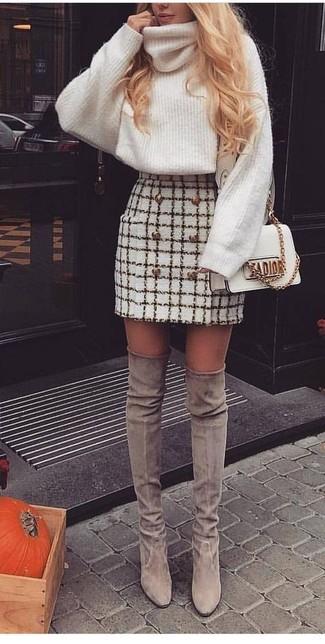 Cómo combinar: jersey de cuello alto de lana de punto blanco, minifalda de tweed a cuadros blanca, botas sobre la rodilla de ante grises, bolso bandolera de cuero blanco