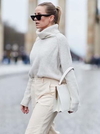 Cómo combinar: jersey de cuello alto de lana de punto blanco, pantalones anchos de pana en beige, bolso de hombre de cuero blanco, gafas de sol negras