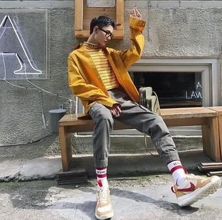 Cómo combinar: jersey de cuello alto de rayas horizontales amarillo, camisa de manga larga mostaza, pantalón cargo gris, deportivas de ante en beige