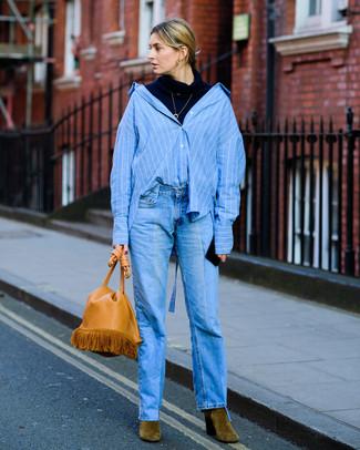 Cómo combinar: jersey de cuello alto azul marino, camisa de vestir de rayas verticales azul, vaqueros azules, botines de ante verde oliva