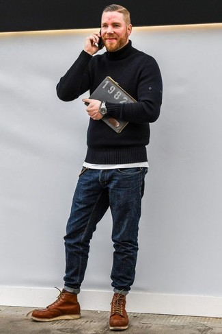 Cómo combinar: jersey de cuello alto negro, camiseta con cuello circular blanca, vaqueros azul marino, botas de trabajo de cuero en tabaco