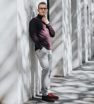 Cómo combinar: jersey de cuello alto con cremallera burdeos, pantalón chino gris, botines chelsea de ante burdeos, reloj de cuero negro