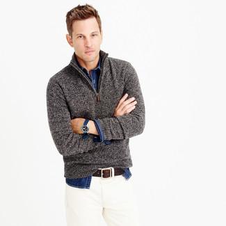 Cómo combinar: jersey de cuello alto con cremallera gris, camisa vaquera azul marino, vaqueros blancos, correa de cuero en marrón oscuro