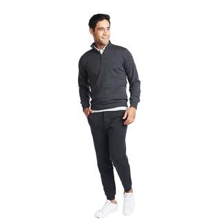 Cómo combinar: jersey de cuello alto con cremallera en gris oscuro, camisa polo blanca, pantalón de chándal en gris oscuro, tenis de cuero blancos