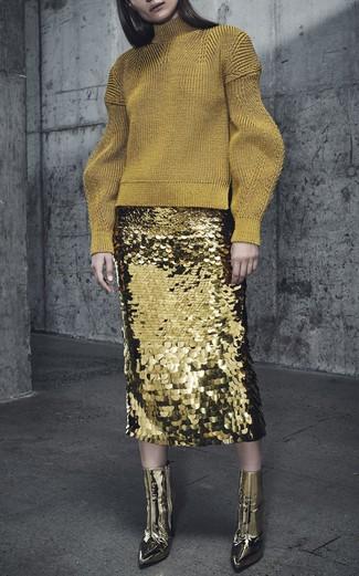 Cómo combinar: jersey de cuello alto de lana dorado, falda lápiz de lentejuelas dorada, botines de cuero dorados