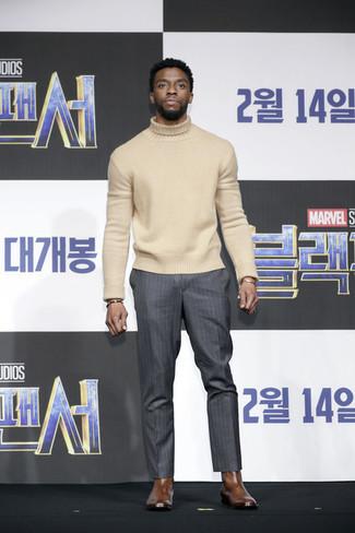 Cómo combinar: jersey de cuello alto de lana en beige, pantalón de vestir de rayas verticales en gris oscuro, botines chelsea de cuero marrónes