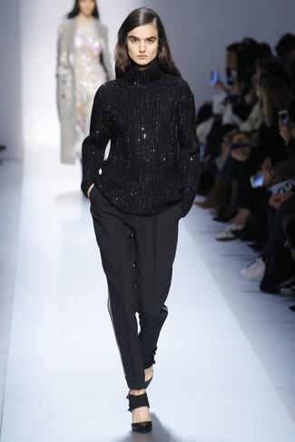 Cómo combinar: jersey de cuello alto de lana de punto negro, pantalón de pinzas negro, zapatos de tacón de cuero negros