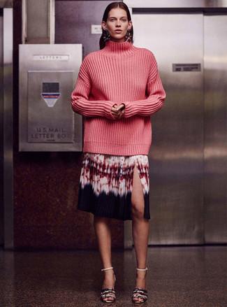 Cómo combinar: jersey de cuello alto de punto rosa, falda midi efecto teñido anudado en multicolor, sandalias de tacón de cuero con print de serpiente grises