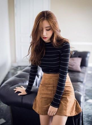Cómo combinar: jersey de cuello alto de rayas horizontales en negro y blanco, minifalda de ante marrón claro