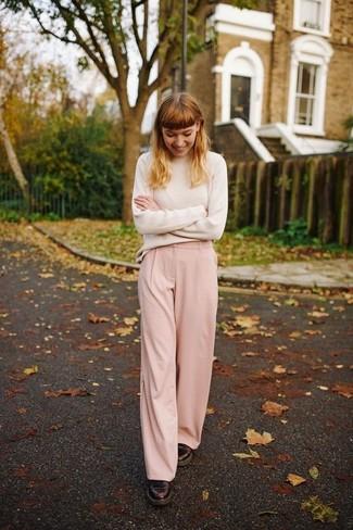 Cómo combinar: jersey de cuello alto en beige, pantalones anchos rosados, zapatos oxford de cuero burdeos
