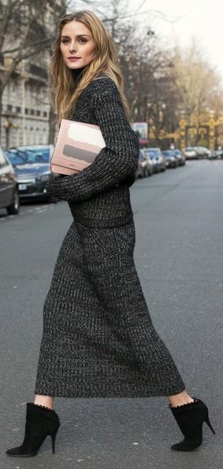 Cómo combinar: jersey de cuello alto de punto en gris oscuro, falda midi de punto en gris oscuro, botines de ante negros, cartera sobre de cuero rosada