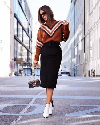 Cómo combinar: jersey de cuello alto en zig zag en tabaco, falda lápiz de ante negra, botines de cuero blancos, bolso bandolera de cuero estampado negro