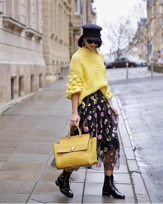 Cómo combinar: jersey de cuello alto de punto amarillo, falda midi de gasa con print de flores negra, botas planas con cordones de cuero negras, bolso de hombre de cuero amarillo