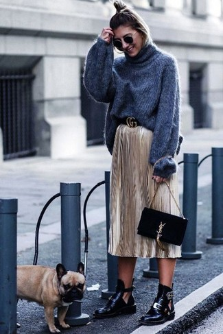 Cómo combinar: jersey de cuello alto de lana de punto en gris oscuro, falda midi plisada dorada, botines de cuero con recorte negros, cartera sobre de ante negra