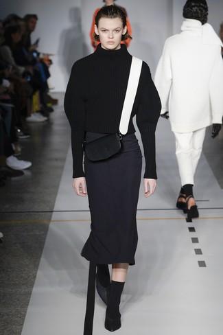 Cómo combinar: jersey de cuello alto de lana de punto negro, falda midi negra, zapatos de tacón de cuero negros, bolso bandolera de cuero en negro y blanco