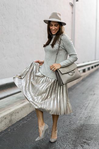 Cómo combinar: jersey de cuello alto gris, falda midi plisada plateada, zapatos de tacón de ante grises, bolso de hombre de cuero gris